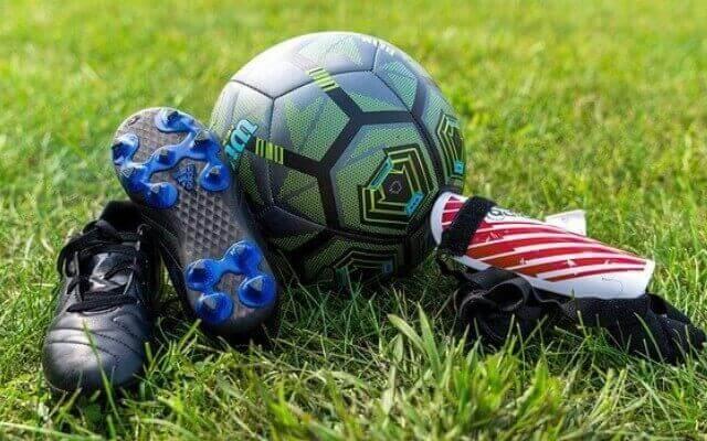 サッカーの必要物品とは サッカーボール スパイク すね当て ユニフォーム 水筒 タオル などです。